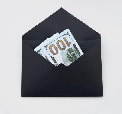 czarna koperta prezent pieniadze
